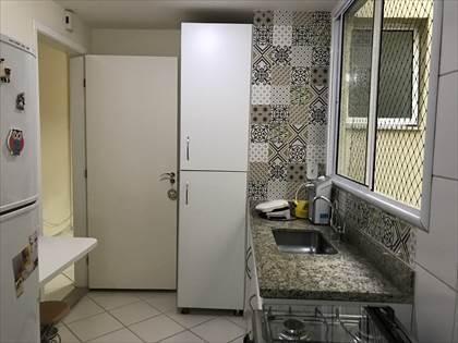 Cozinha com armários e pia em granito