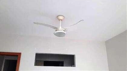 apartamento com ventilador de teto.