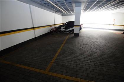2 vagas de garagem, cabem 4 carros.