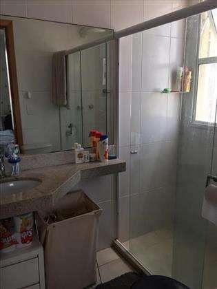 banheiro da suíte com box e vent. natural