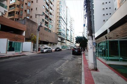 Rua tranquila sem grande fluxoi de carros.