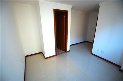 Quarto 3 com suíte e espaço de armários.