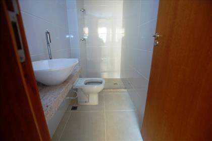 Banheiro da suíte espaçosa.