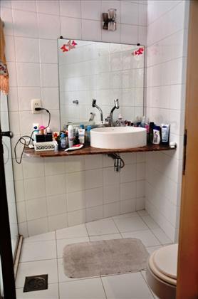 Lavabo do banheiro, que foi todo reformado.