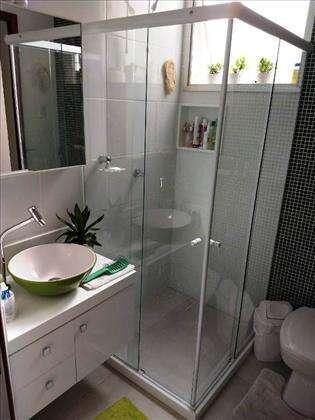 banheiro da suíte com box e vent. natural.