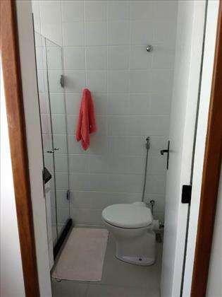 banheiro social com box e armários.
