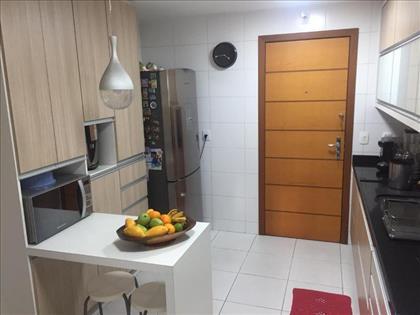 Cozinha montada, espaçosa.