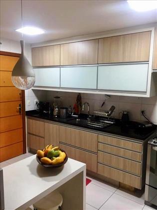 Cozinha com armários de marcenaria.