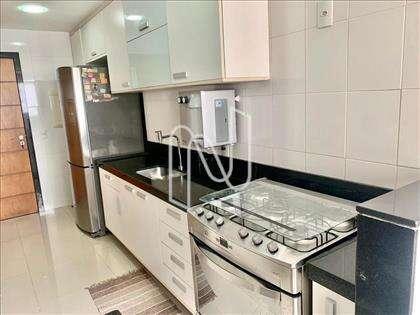 Cozinha ampla com armários.