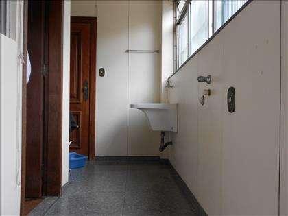 Área de serviços com quarto e banho