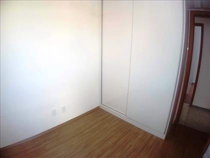 Quarto 03 - Com armário embutido e cortinas