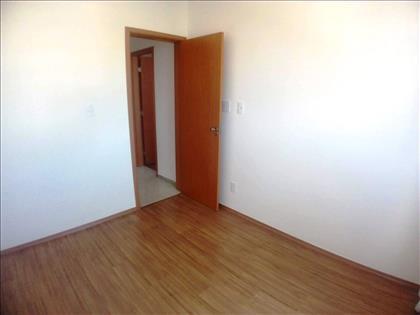 Quarto 02 - Com piso em laminado e cortinas