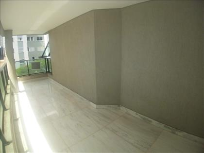 Varandão de 31 m² com piso em mármore
