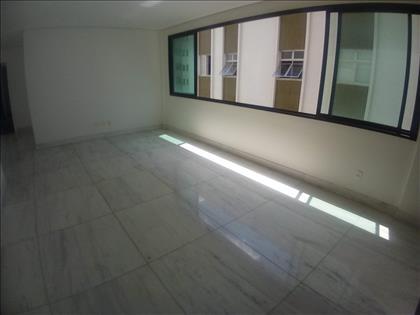 Sala para 2 ambientes com piso em mármore