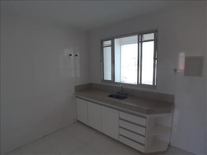 Cozinha com bancada e armário