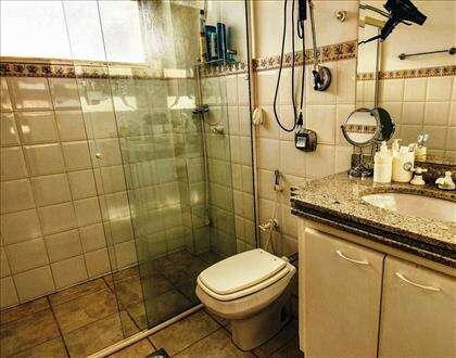 Banheiro com bancada em granito