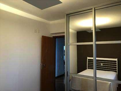 quarto com armários espelhados