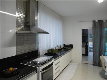 Cozinha e ligação para Área Gourmet externa.