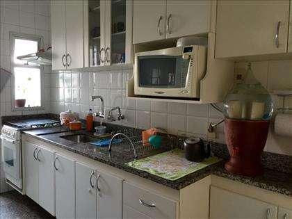 ampla cozinha com armários