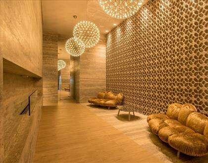 Hall decorado com iluminação planejada