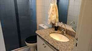 banheiro bancada granito, armário, box.