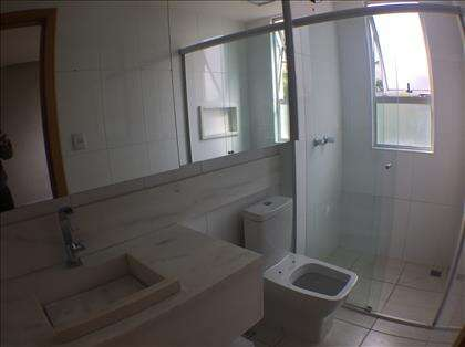 Banheiros com bancadas e pia em granito