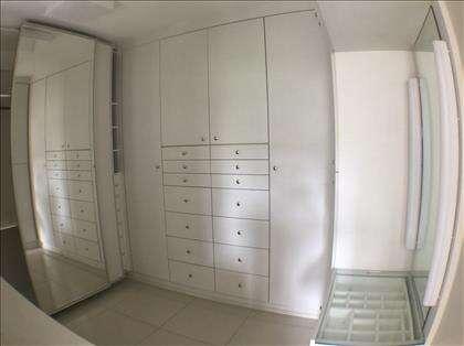 Qaurto transformado em amplo closet