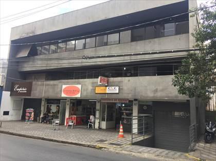Vista entrada do prédio e das lojas