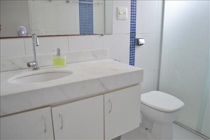 Banheiro suíte com armários e box blindex