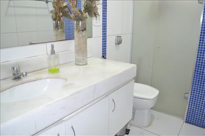 Banheiro social com armários e box blindex
