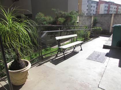 Área externa com jardins