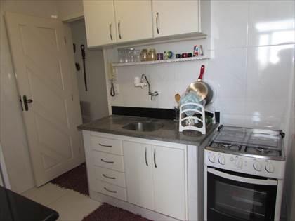 Cozinha clara com armários