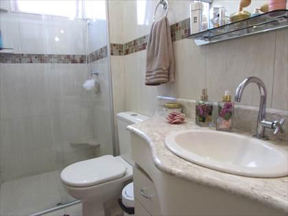 Banheiro social com box blindex e armário