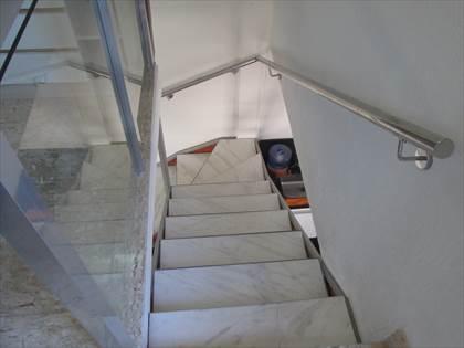 Escada com piso mármore branco e