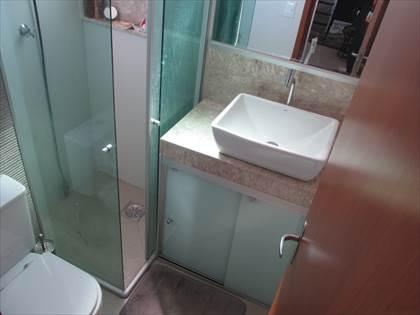 Banheiro social com bancada em marmore