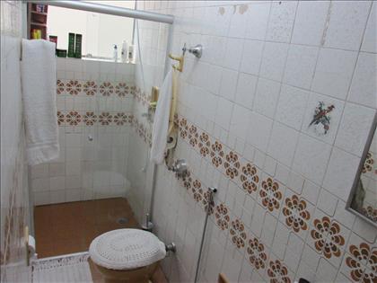 Banheiro social com armário e box blindex