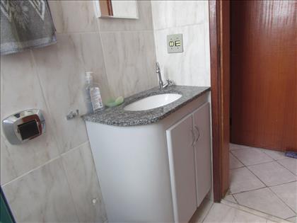 Banheiro suíte com armário e box blindex