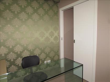 Sala 05com armário e bancada