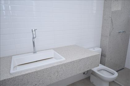 Banheiro suíte com bancada em granito
