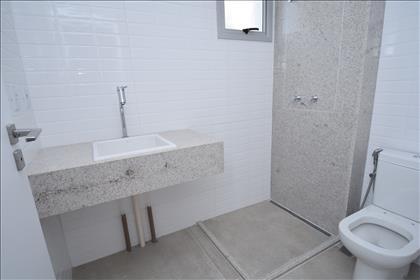 Banheiro social com bancada em granito