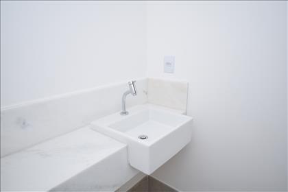 Lavabo com bancada em mármore branco