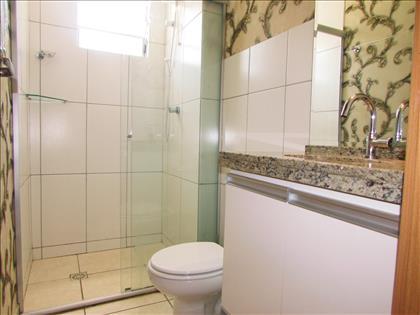 Banheiro com armário e box blindex