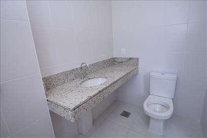 Banheiro suíte júnior com bancada em granito