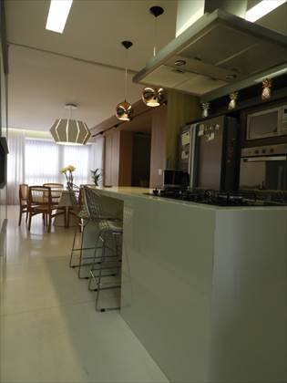 Cozinha com vista da sala ao fundo