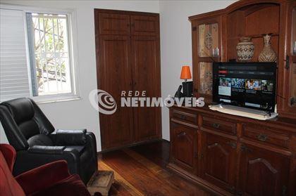 Quarto com armário usado como sala de TV