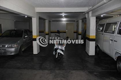 Garagem com box de despejo ao fundo