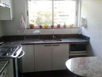 Cozinha com bancadas em granito.