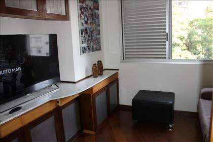 Sala de tv com armários.