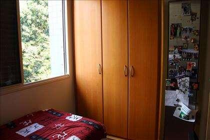Terceiro quarto com armário.