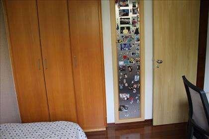 Segundo quarto com armários.